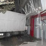 ورود کامیونت به مغازه در سه راه آذری + عکس